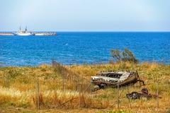 Stara łamająca łódź na dennym wybrzeżu Zdjęcie Stock