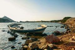 Stara łamająca łódź w morzu Fotografia Royalty Free