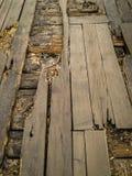 Stara łamająca drewniana podłoga która potrzebuje odbudowę fotografia royalty free
