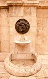 Stara łamająca pije fontanna w Hiszpańskim mieście tinted Obraz Stock