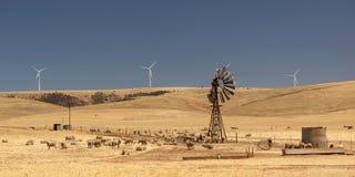 Stara łamająca wiatrowa pompa i nowi wiatrowi generatory. Australia. Zdjęcie Royalty Free