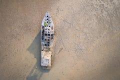 Stara łodzi rybackiej pozycja w borowinowym morzu Widok z lotu ptaka od flyin fotografia royalty free