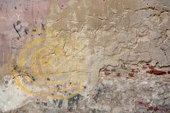 Stara ściana z cegieł w starych graffiti i miasteczku zdjęcia royalty free