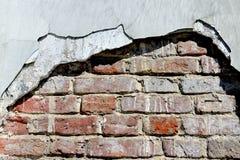 Stara ściana z cegieł z zniszczonym tynkiem obrazy stock