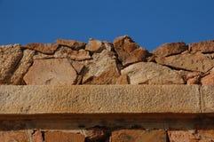 Stara ściana z granitowymi skałami Fotografia Royalty Free