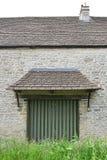 Stara ściana z lągiem, drzwi/ obraz royalty free