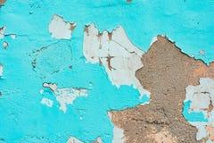 Stara ściana z strugającym daleko tynkiem i odłupaną turkusową farbą Bielu koloru popielaci terakotowi cienie z grungy szorstk? t obrazy stock