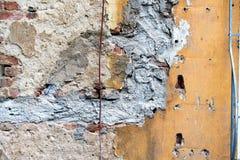 Stara ściana z uszkadzającym tynkiem - tło Zdjęcia Royalty Free