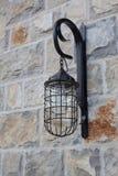 Stara Ścienna lampa przy kamienną ścianą zdjęcie stock
