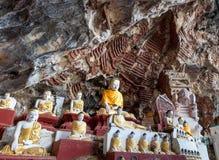 Stara świątynia z Buddha statuami w Kawa matoła jamie Obrazy Royalty Free