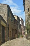 Stara aleja w starym miasteczku Volterra w Włochy obraz royalty free