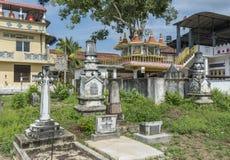 Stara antyczna cmentarniana pobliska buddyjska świątynia z gravestones i zabytkami w Weligama obrazy stock