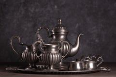 Stara antyk cyna Ustawia dla kawy na szarym tle obrazy royalty free