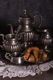 Stara antyk cyna Ustawia dla kawy na szarym tle zdjęcie royalty free