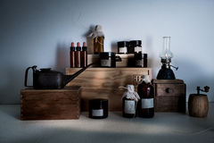 stara apteka butelki, słoje, nafty lampa na drewnianych półkach Obraz Stock