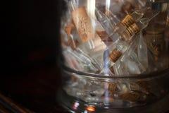 Stara apteka, gablota wystawowa Buteleczki i antyk butelki z różnymi substancjami, medycynami lub cieczami na półce, obraz royalty free