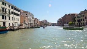 Stara architektura Wenecja ulicy widzieć od kanału, światła słonecznego lśnienie na wodzie zdjęcie wideo