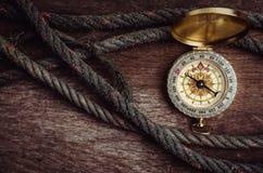 Stara arkana i kompas na ciemnym drewnianym tle Obrazy Stock