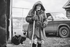 Stara babcia blisko jego do domu w Rosja Obraz Stock