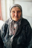 Stara babcia w Rosyjskiej wiosce w domu Zdjęcia Royalty Free