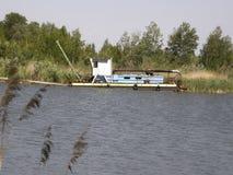 Stara bagrownica na jeziorze obraz stock