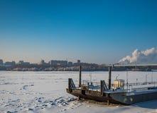 Stara barka marznąca w lodzie na Ob rzece w Novosibirsk, Rosja zdjęcie royalty free