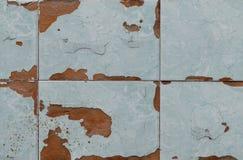 Stara barwiąca płytka szczerbiąca się na ścianie obraz stock