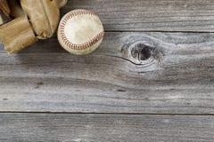 Stara baseball mitenka z używać piłką na nieociosanym drewnie Fotografia Royalty Free