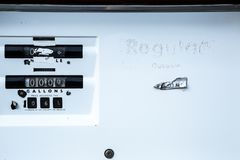 Stara Benzynowa pompa przy Zaniechaną Benzynową stacją w Wschodnim Oregon obrazy royalty free