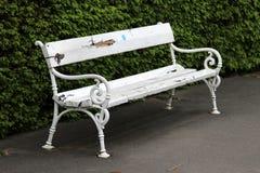 Stara biała ławka Obraz Stock