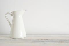 Stara biała waza na białej drewnianej półce Fotografia Stock
