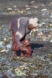 Stara biedna kobieta wokoło niszczyć plastikowych produkty Bali wyspa Indonezja Obraz Stock