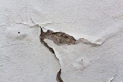 Stara biel ściana z spadać z tynku fotografia stock