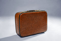 Stara brown retro walizka na szarym tle, Zdjęcia Royalty Free