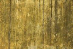 Stara brudna żółta biel ściana z narysami i plamami farba i foremka Szorstkiej powierzchni tekstura obrazy stock