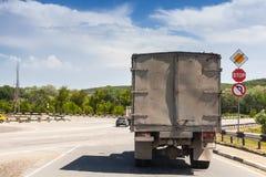 Stara brudna ciężarówka iść na wiejskiej drodze obraz stock