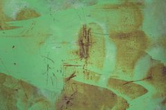 Stara brudna zielona metal ściany osłona z plamami farba, zgłębia narysy i kropki brąz rdzy szorstkiej powierzchni tekstura fotografia stock