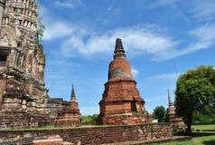 Stara Buddha świątynia na niebieskiego nieba tle Obrazy Royalty Free