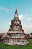 Stara Buddha pagodowa świątynia z chmurnym białym niebem w Ayuthaya Tajlandia zdjęcie stock
