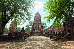 Stara Buddha pagodowa świątynia z uszkadzającym Buddha w Tajlandzkiej współczesnej świątyni obraz stock
