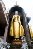 Stara Buddha statua z złotym kontuszem Zdjęcia Stock