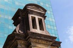 Stara budowa w kontraście z Nowożytnym budynkiem - Sao Paulo, Brazylia zdjęcia stock