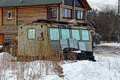 Stara budowy przyczepa obok domu Fotografia Stock