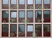 Stara budynek architektura odbijająca w nowożytnym budynku Zdjęcie Royalty Free