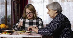 Stara córka i matka jemy przy stołem w pokoju zdjęcie wideo