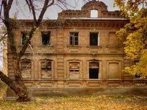 Stara cegła niszczący dom palący puszek obrazy stock
