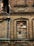 Stara cegła niszczący dom palący puszek obraz stock