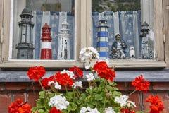 Stara ceglana fasada z drewnianymi nadokiennymi i wzorcowymi latarniami morskimi Zdjęcia Stock