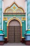 Stara ceramiczna fasada budynek z forged dzwi wejściowy obraz stock