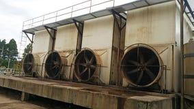 Stara Chłodnicza wieża ciśnień dla odpływowego traktowanie systemu obrazy stock